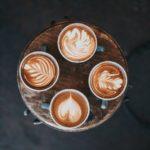 Houd een koffiepauze met je collega's (Fika) om je werk of dagelijkse bezigheden te onderbreken.