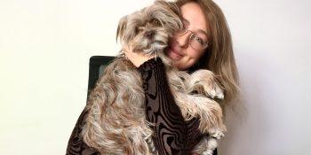 Onze collega heeft haar huisdier op het werk: het hondje Lola
