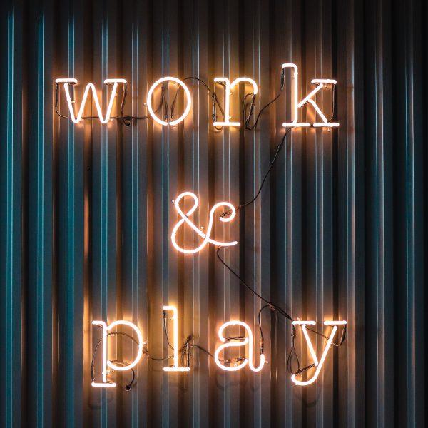 neon lamp work & play week van de werkstress